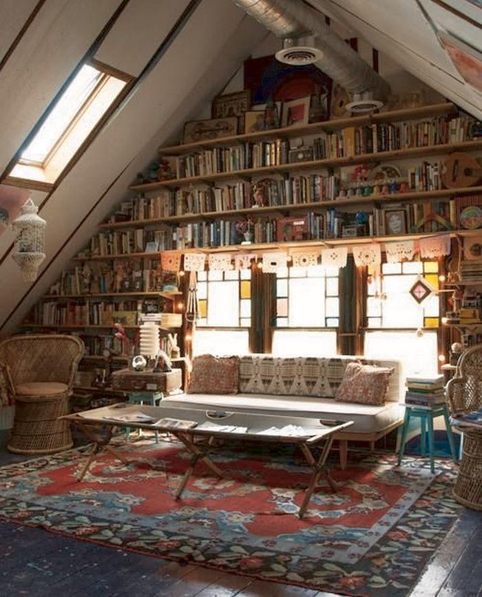 idee deco bureau en style boho grande biblioteque superpose a un canape et quelques chaises sur un tapis perse