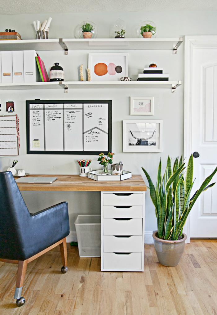 idee deco bureau fauteuil en cuire et un burequ moderne des esquises sur les murs