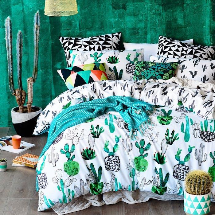 idee deco cahmbre originale avec peinture murale verte linge de lit motif cactus parquet bois gris cactus en pot