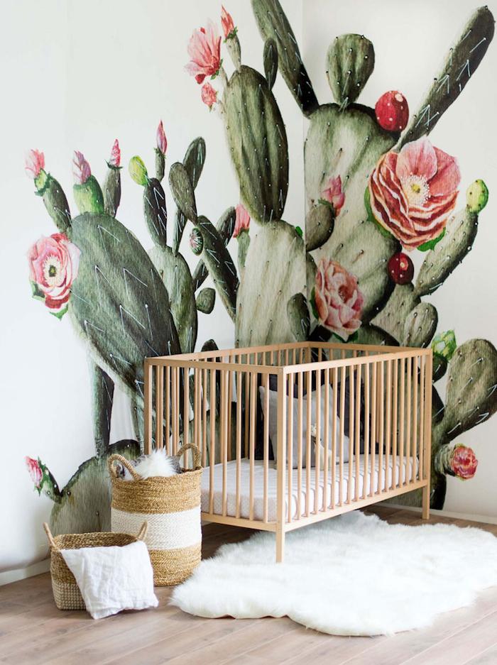 idee deco chambre bébé fille avec lit bébé bois tapis fourrure et tapisserie murale chambre enfant cactus