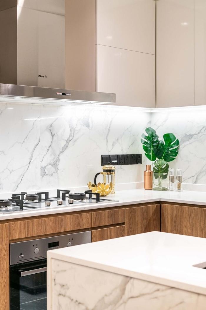 idee deco cuisine crédence marbre blanc meubles haut beige sans poignées meubles bas bois agencement cuisine avec îlot