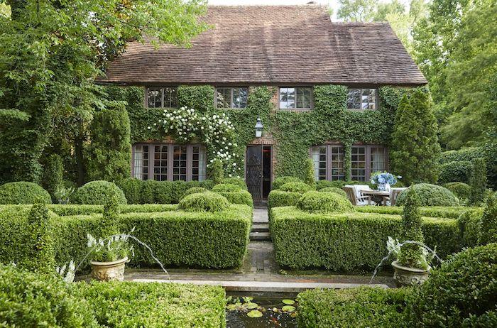 idee deco jardin a l aide des arbustes verts grande maison en pierre entourree de verdure abondante