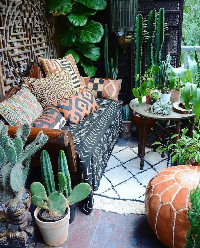 idee deco terrasse avec cactus et autres plantes exotiques en pots vegetation exterieure table pouf canapé dec boheme chic