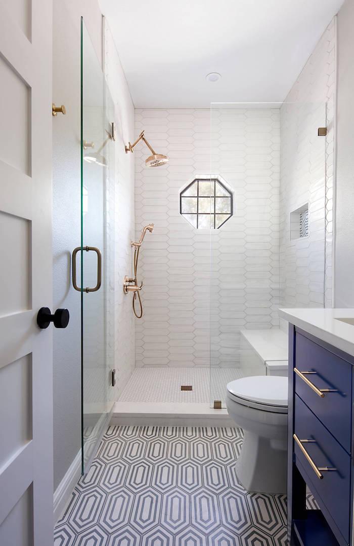 idee decoration salle de bain bleu et or cabine de douche