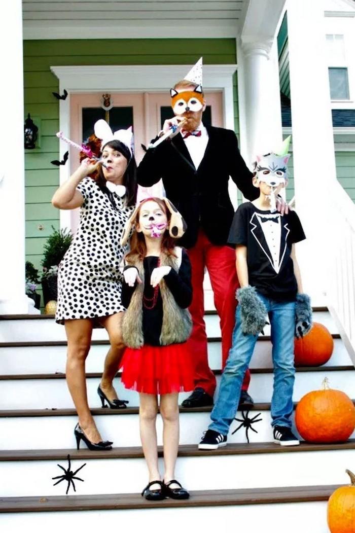 idee deguisement drole pour la famille des masques et des accessoires de fete sur les escalier decoration de courges