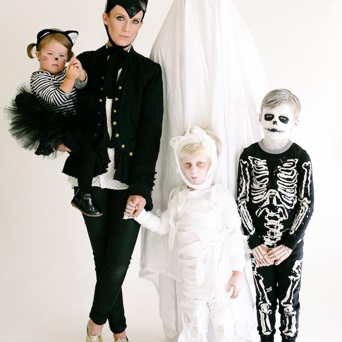 idee deguisement halloween en style effrayant un fantome sous le drapeau de la mumie et un squelette