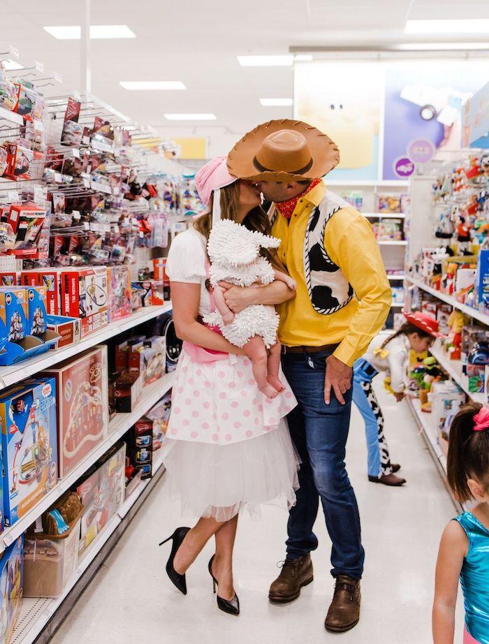 idee deguisement halloween pour la famille cowboy sa bien aimée et un petit agneu dans le supermarché