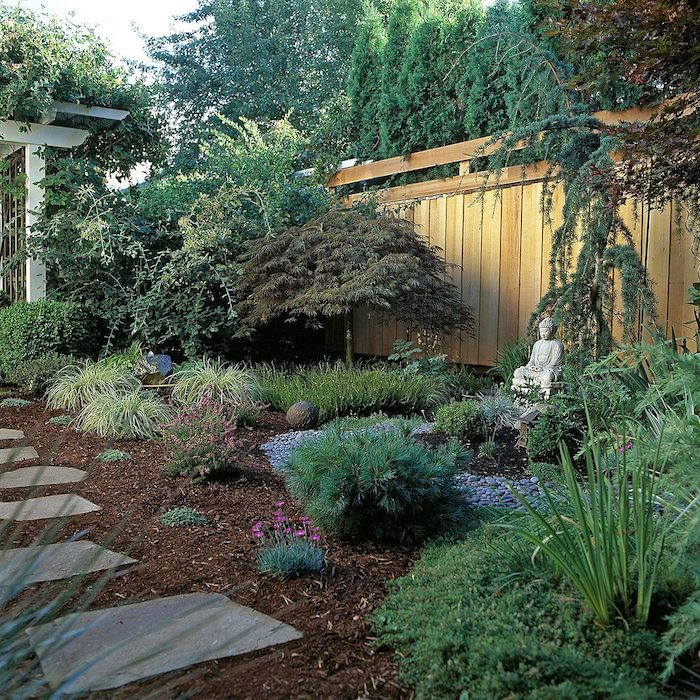 idee jardin en style zen petite stqtue dans jardin abondance des plantes