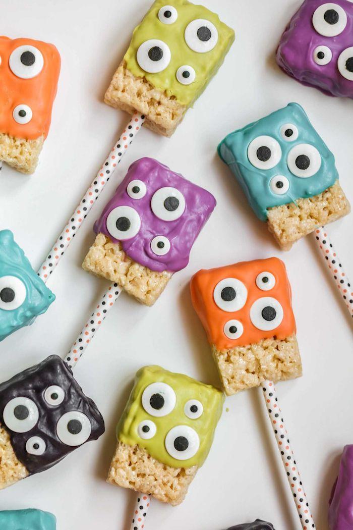 idee pour le gouter halloween des gateaux de riz soufflé avec crème coloré et des yeux mobiles comestibles, recette de gâteau Halloween à réaliser en maternelle