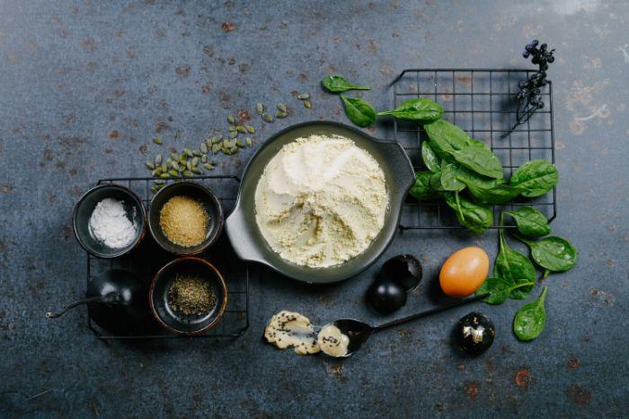 ingrédients necessaires pour faire des crêpes salées avec des oeufs lait de riz épinards et autres ingredients petit dejeuner halloween