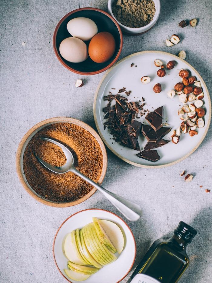 ingredients necessaires pour faire le meilleur gateau aux poires et chocolat sans gluten et sucre et avec des noisettes