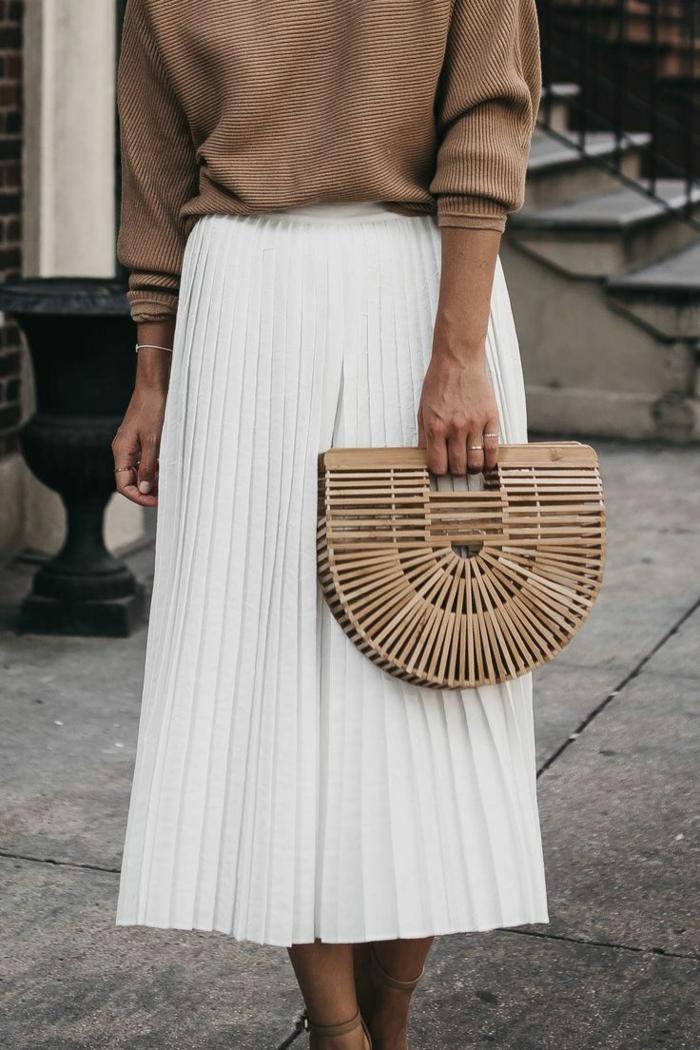 inspiration comment s habiller en automne jupe blanche pull beige jupe plissée noire tenue classe femme comment s habiller bien