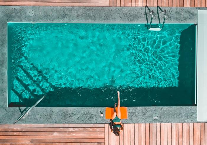 installation piscine enterree amenagement jardin avec piscine terrasse en bois revetement sol exterieur cour arriere
