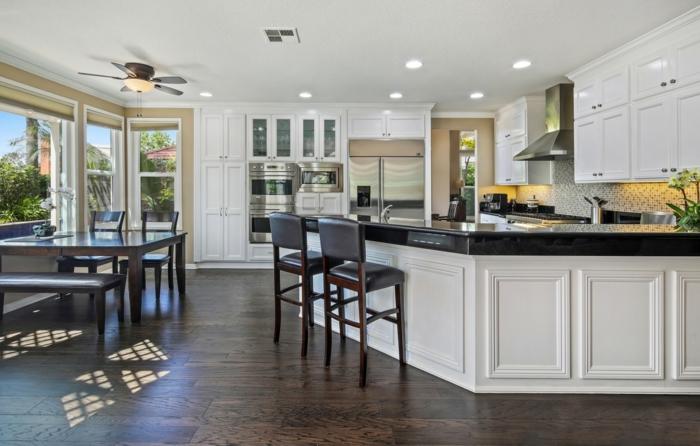 intérieur moderne avec touches traditionnelles blanc et noir deco campagne chic cuisine champêtre originale idée