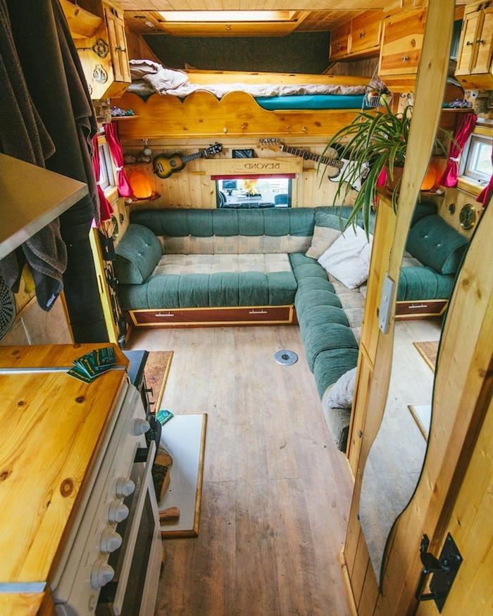 isolation intérieur véhicule camping car travaux revêtement plafond bois fenêtre lit superposé aménager un van canapé