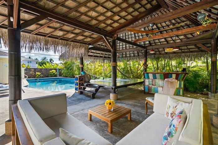 jardin terrasse béton canapé extérieur blanc table basse bois bar décoration autour piscine espace jeux traansformer jardin en un havre de relaxation