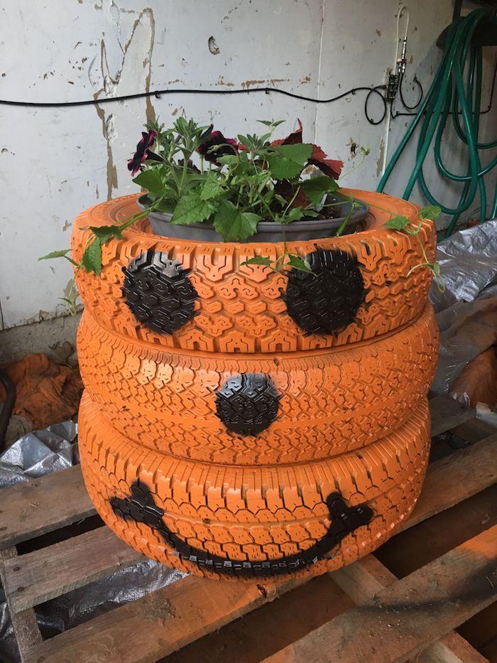 jardinière cachle pot en pneus recyclés motif citrouille jack o lantenr en peinture orange et noir