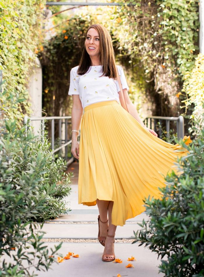 jaune jupe femme tenue avec t shirt blanche tenue classe femme chaussures à porter avec une jupe longue plissee