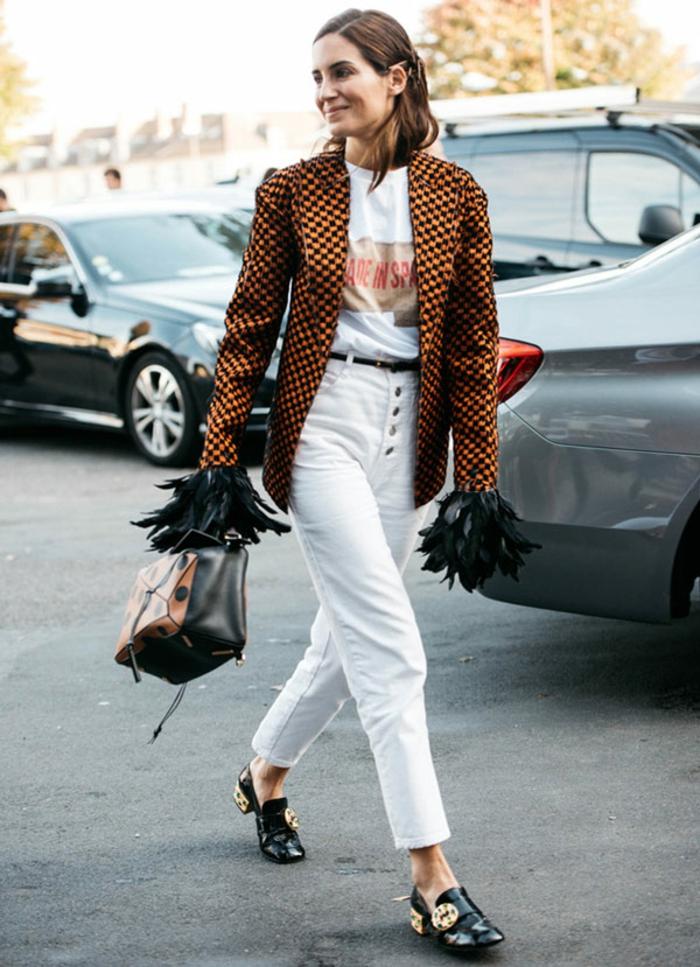 jean blanc veste eclectique tenue elegante parisienne ensemble tailleur femme chic tsirt écriteau