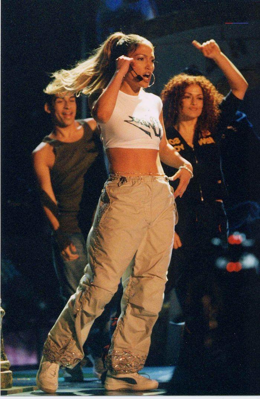 jlo sur la scene retro mode vintage en pantalon cargo khaki et un top courte entouree des danseurs