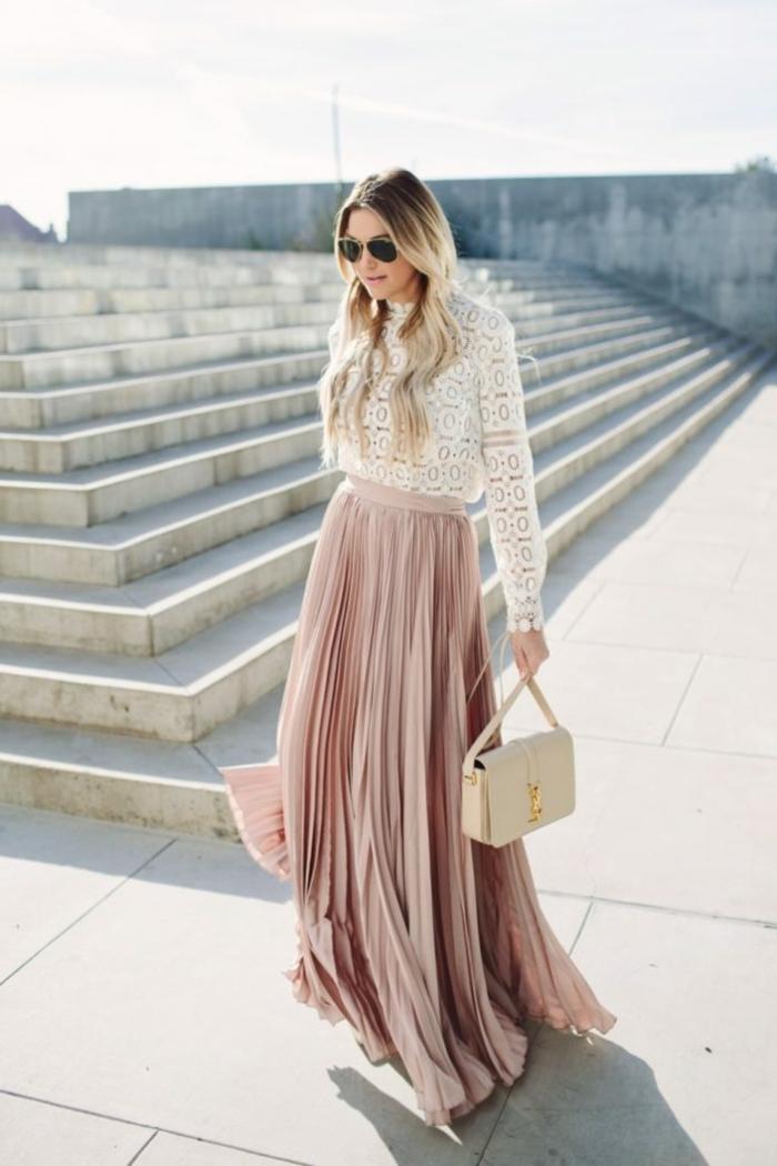 jupe et top convainables pour tenue de mariage en hiver pour invitee jupe noire plissée ensemble femme chic tendance mode 2020 jupe rose pale