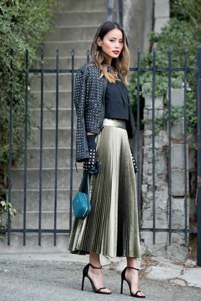 jupe longue plissée femme bien habillée tenue de jour veste en cuir avec boutons metaliques jupe pantalon portée avec sandale noir a talon