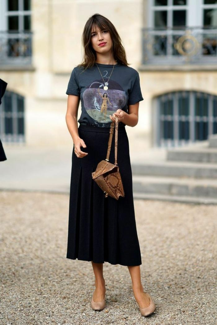 jupe mi longue t shirt disney mode parisienne ensemble tailleur femme chic style bcbg chaussures beiges