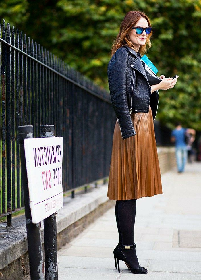 jupe plissée marronne et jolie tenue avec une veste noire en cuir resized