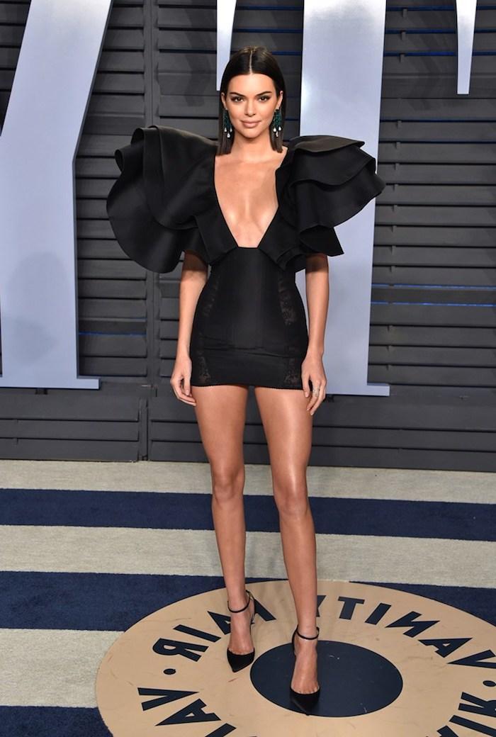 kendall jenner robe epaule bouffante jupe courte en noir des cheveux glisses a une premiere