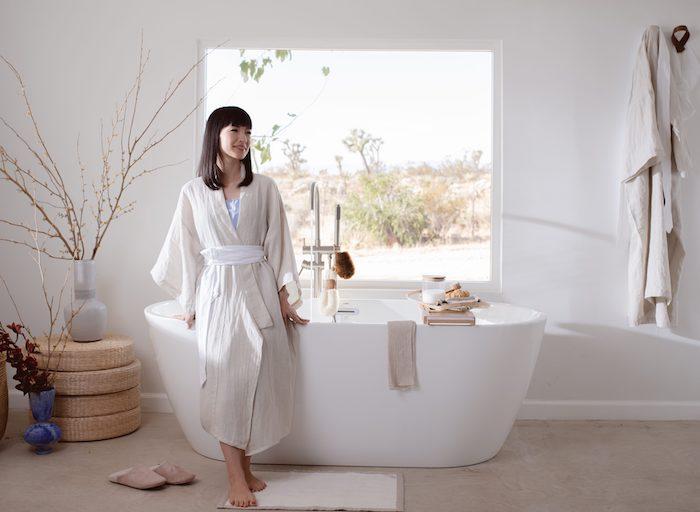 konmari organisation maison marie kondo dans la salle de bain grande baignoire style zen