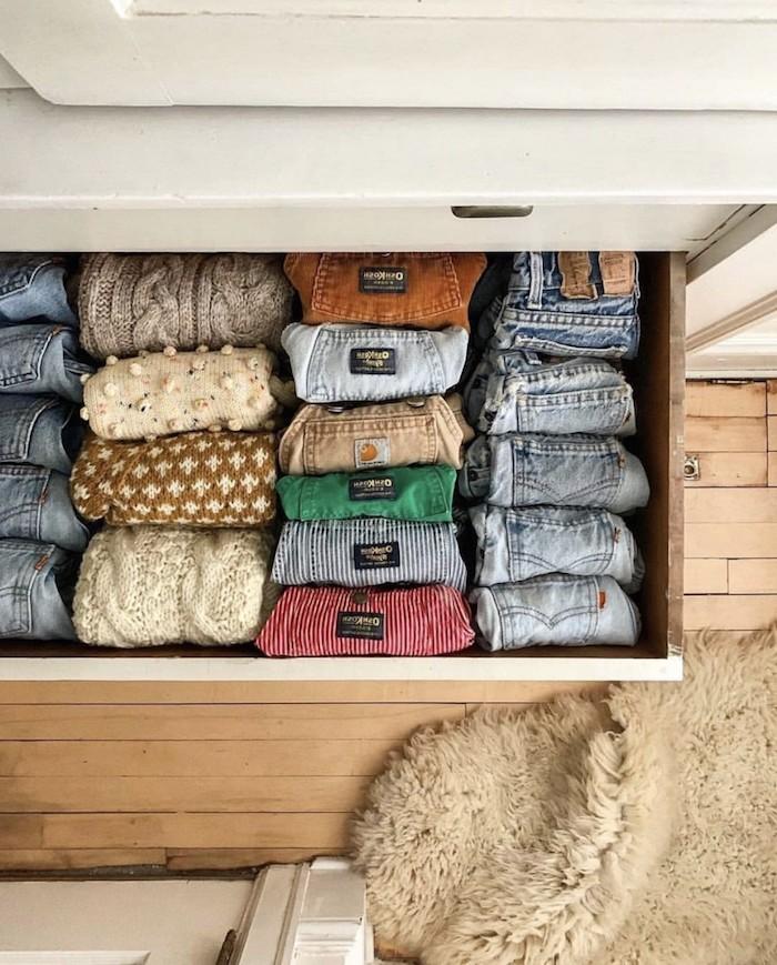 konmari rangement sous vetements des jeans et des pulls dans un tiroir