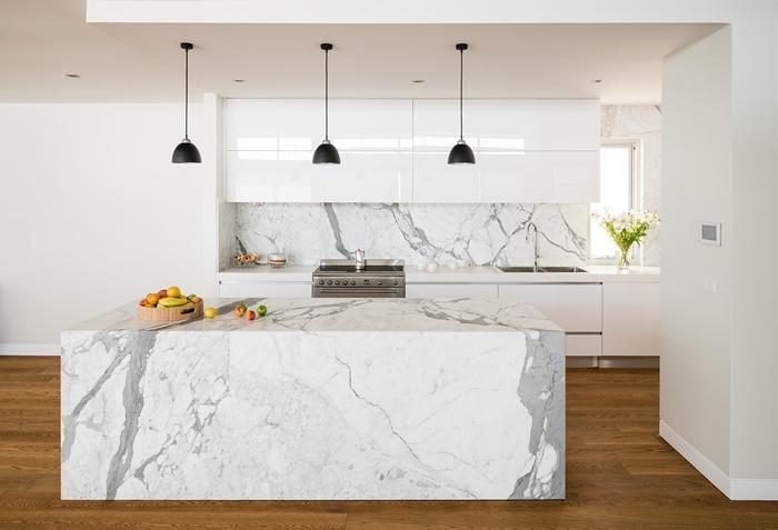 lampe suspendue noir mat déco cuisine blanc et bois avec accents noir parquet bois plan de travail cuisine marbre
