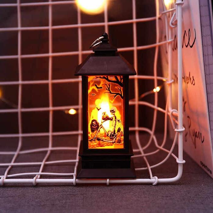 lanterne noire ancienne couleur noire décorée de motif squelette terrifiant activité manuelle halloween decoration a faire soi meme