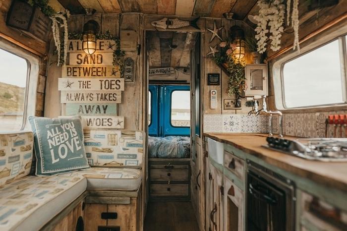 lanterne revêtement intérieur van isolation crédence carreaux ciments comptoir bois aménager un fourgon en camping car soi meme