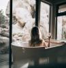 les bons équipements couleurs et accessoires déco pour aménager une salle de bain cocooning baignoire blanche deco sdb