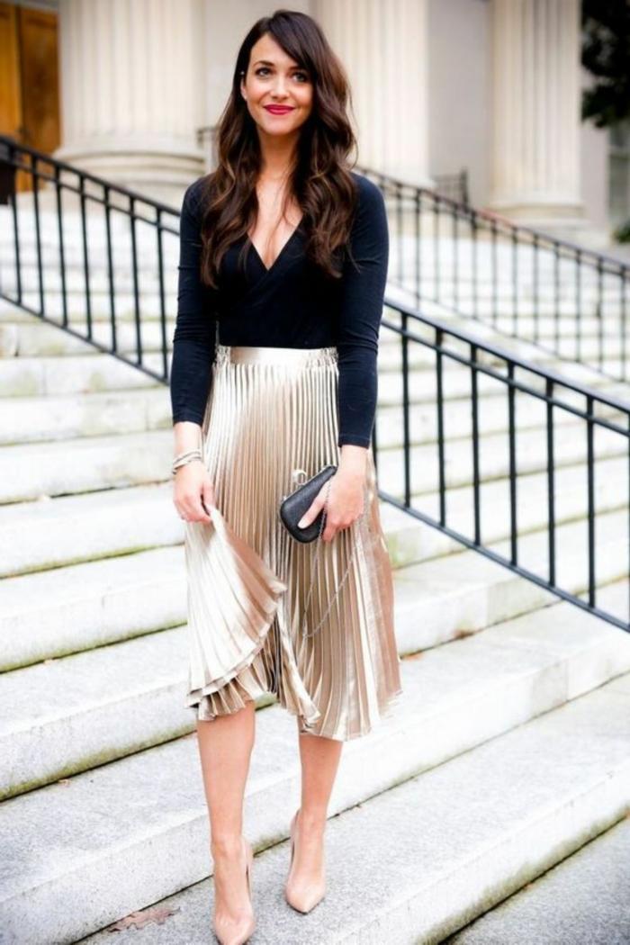 look jupe plissée comment porter la jupe plissée inspiration femme classe jupe doree et top noir