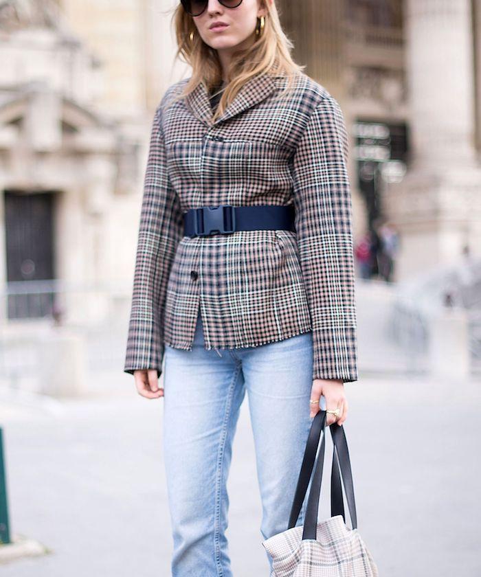 look retro ceniture mi hauteur sur le veste en pepite un sac dans la main et des jeans clairs
