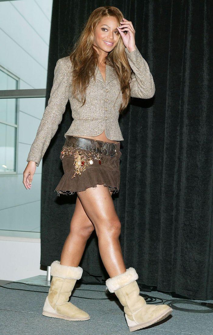 look vintage femme beyonce knowels en jupe ballériena un veste retrousse et des bottes ugg