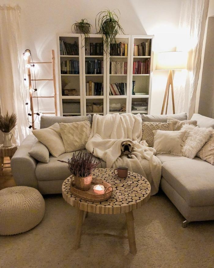 lumieres de nuit en guirlande canapé cosy salon chaleureux peinture pour salon bibliotheque avec livres petite table ronde de salon echelle de rangement