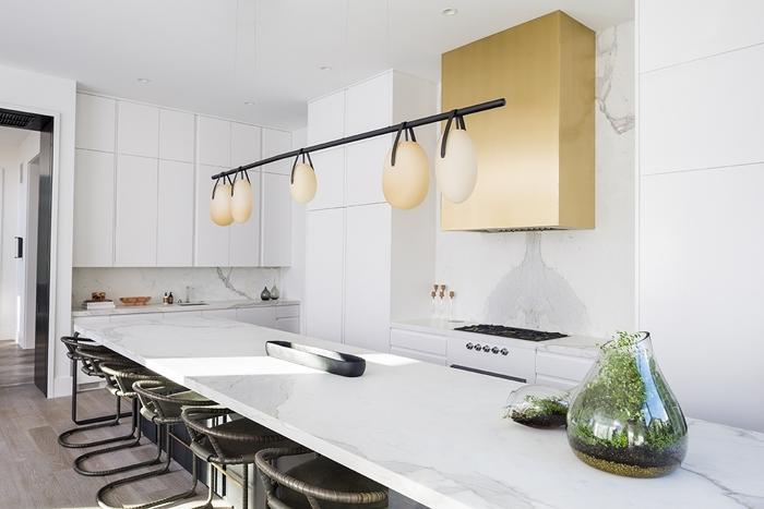 luminaire suspendu lampe design moderne or mat cuisine marbre blanc chaises de bar noire crédence marbre blanc