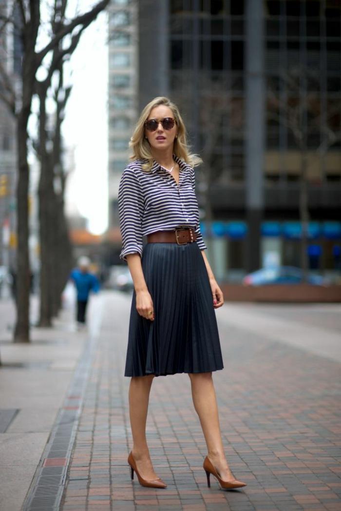 lunettes de soleil noires conservave tenue de ville chemise rayé jupe mi longue chaussures a talon jupe plissée courte femme bien habillée jupe chic et tendance