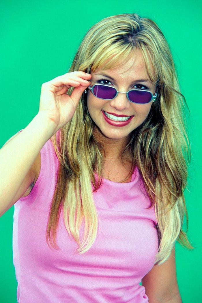 lunettes tintees style annee 2000 britney spears avec des longues cheveux blondes et un top rose