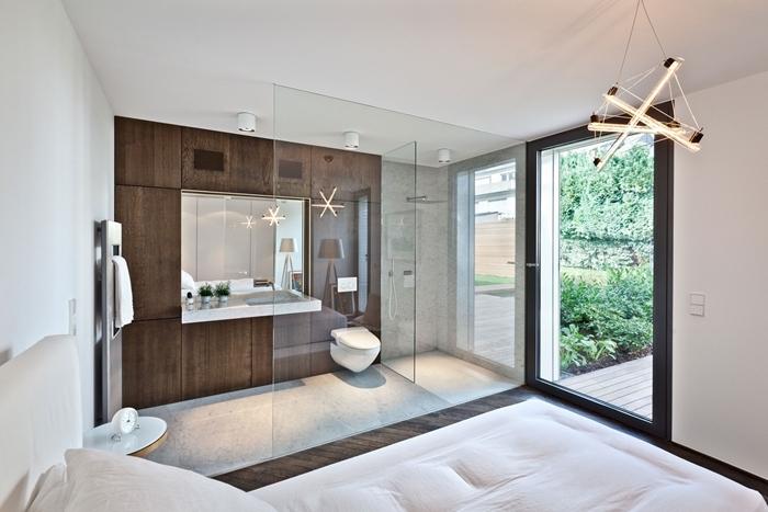 lustre moderne séparation verre table de chevet ronde blanche chambre parentale avec salle de bain style moderne design