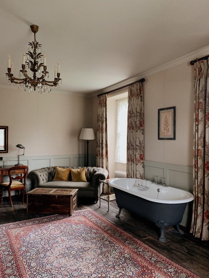 lustre tapis motifs ethniques canapé boutonné gris salle de bain suite parentale bureau bois foncé chaise rideaux motifs floraux