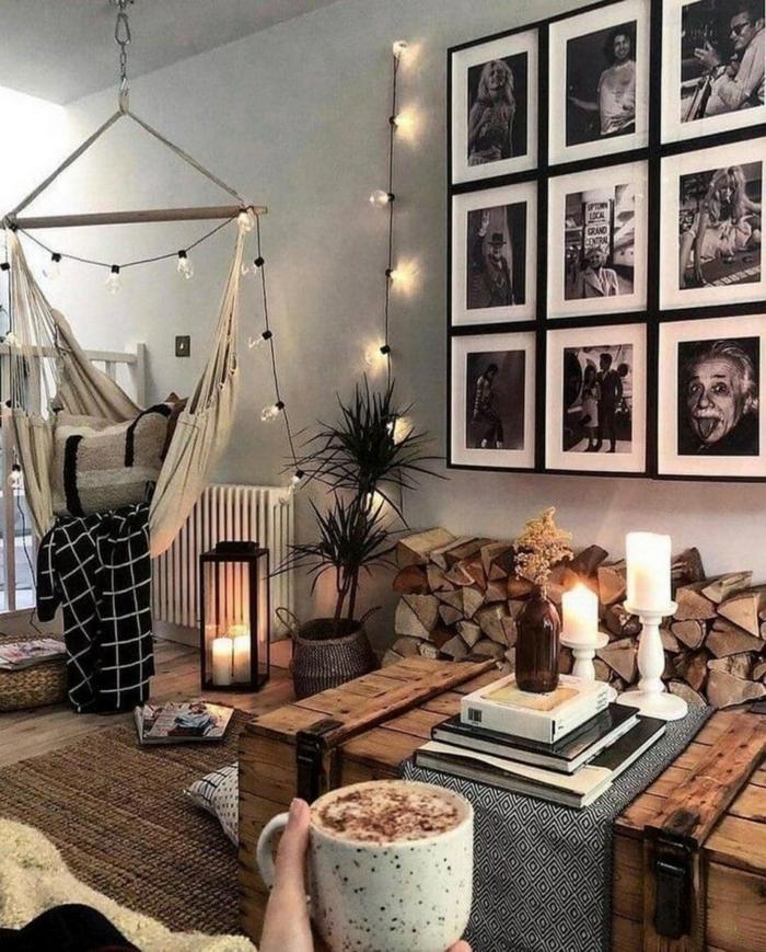 magnifique idée comment arranger le salon mur photos noir et blanc guirlande lumineuse chocolat chaud canapé cocooning ambiance cosy déco salon cocooning