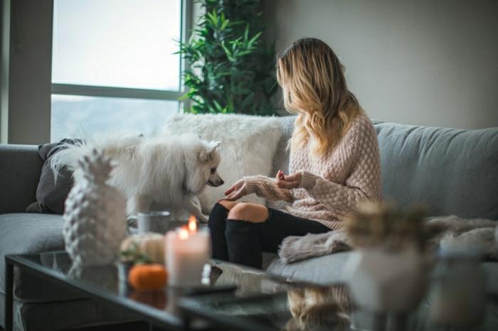 maison femme avec son chien beau fond d écran photo bougie cocooning deco cocooning salon scandinave cocooning stylé beauté