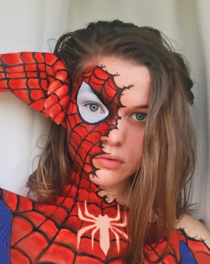 make up maquillage halloween dessin peinture visage et corps idée déguisement femme halloween original yeux bleus