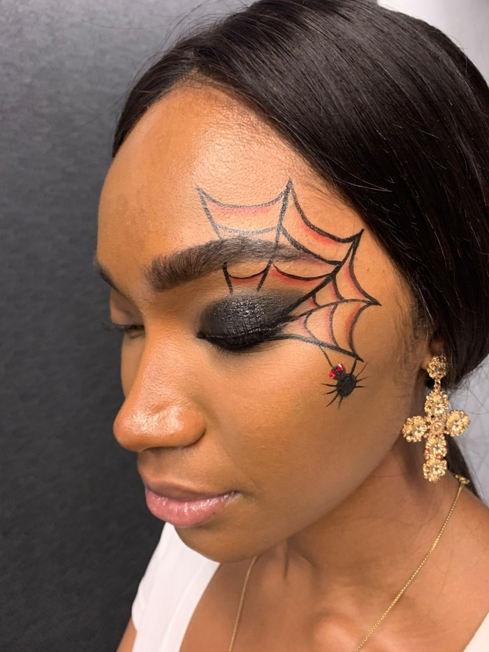 makeup halloween facile originale fards à paupières noir brillant dessin toile d araignée en crayon noir rouge boucles d oreilles or