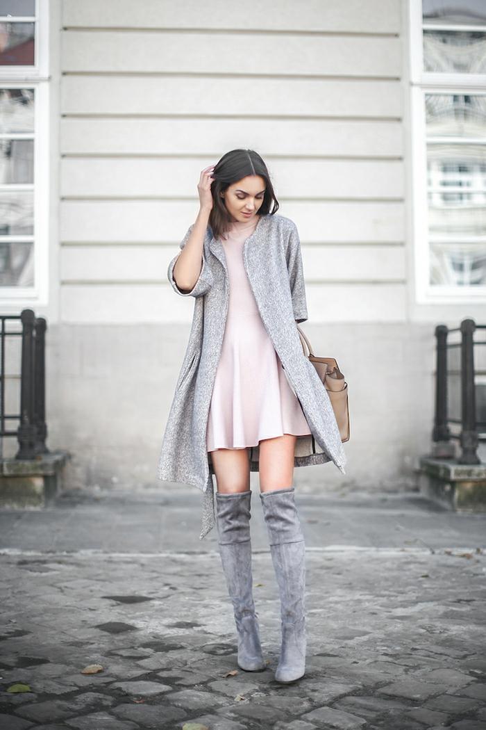 manteau gris et bottes hautes grises look avec cuissarde idée tenue avec cuissardes cuir à la mode sans efforts robe fluide rose pale resized