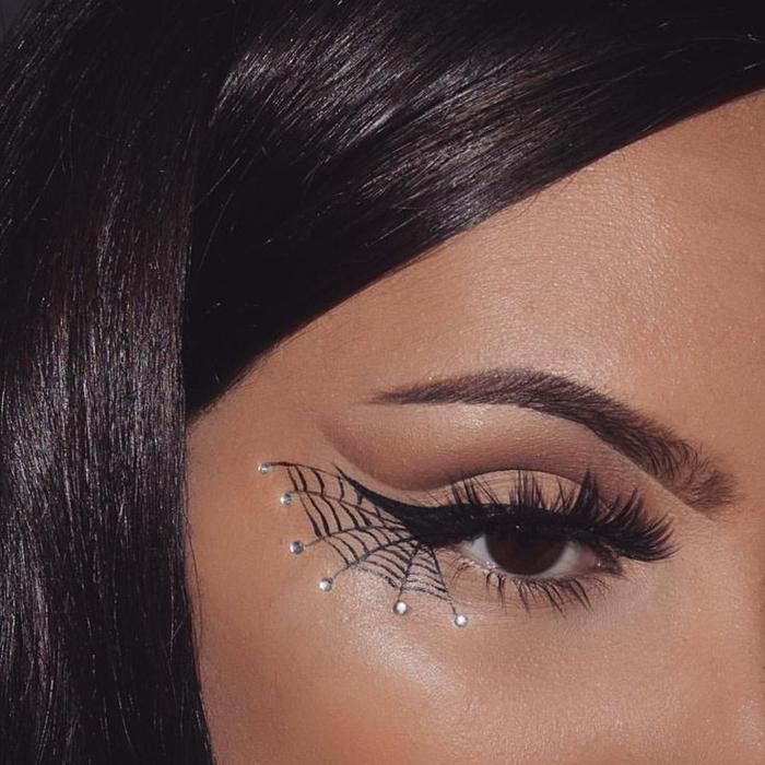 maquillage araignée visage facile à réaliser soi même idée makeup femme fête déguisée dessin minimaliste eye liner